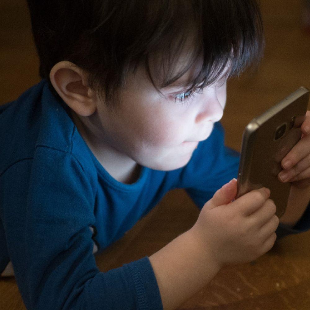पेरेंट्स को अलर्ट करने वाली रिसर्च:बच्चों को शांत रखने के लिए फोन देने की आदत उन्हें और गुस्सैल बना सकती है; इससे दूर रखने में ही भलाई