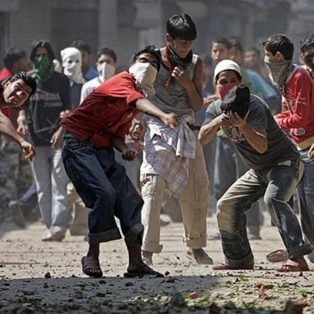 कश्मीर में पत्थरबाजों पर सख्ती:पत्थरबाजी करते पकड़े गए तो न पासपोर्ट मिलेगा, न सरकारी नौकरी के लिए अप्लाई कर सकेंगे