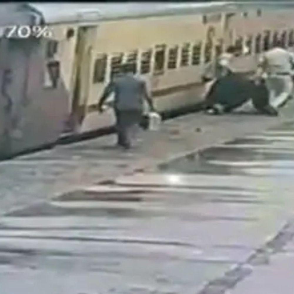 तेलंगाना में जिंदगी बचाने का VIDEO:सिकंदराबाद में ट्रेन पकड़ने की कोशिश में महिला गिरी, कॉन्स्टेबल ने बचाया; रेलवे की हिदायत- जिंदगी बॉलीवुड फिल्म नहीं
