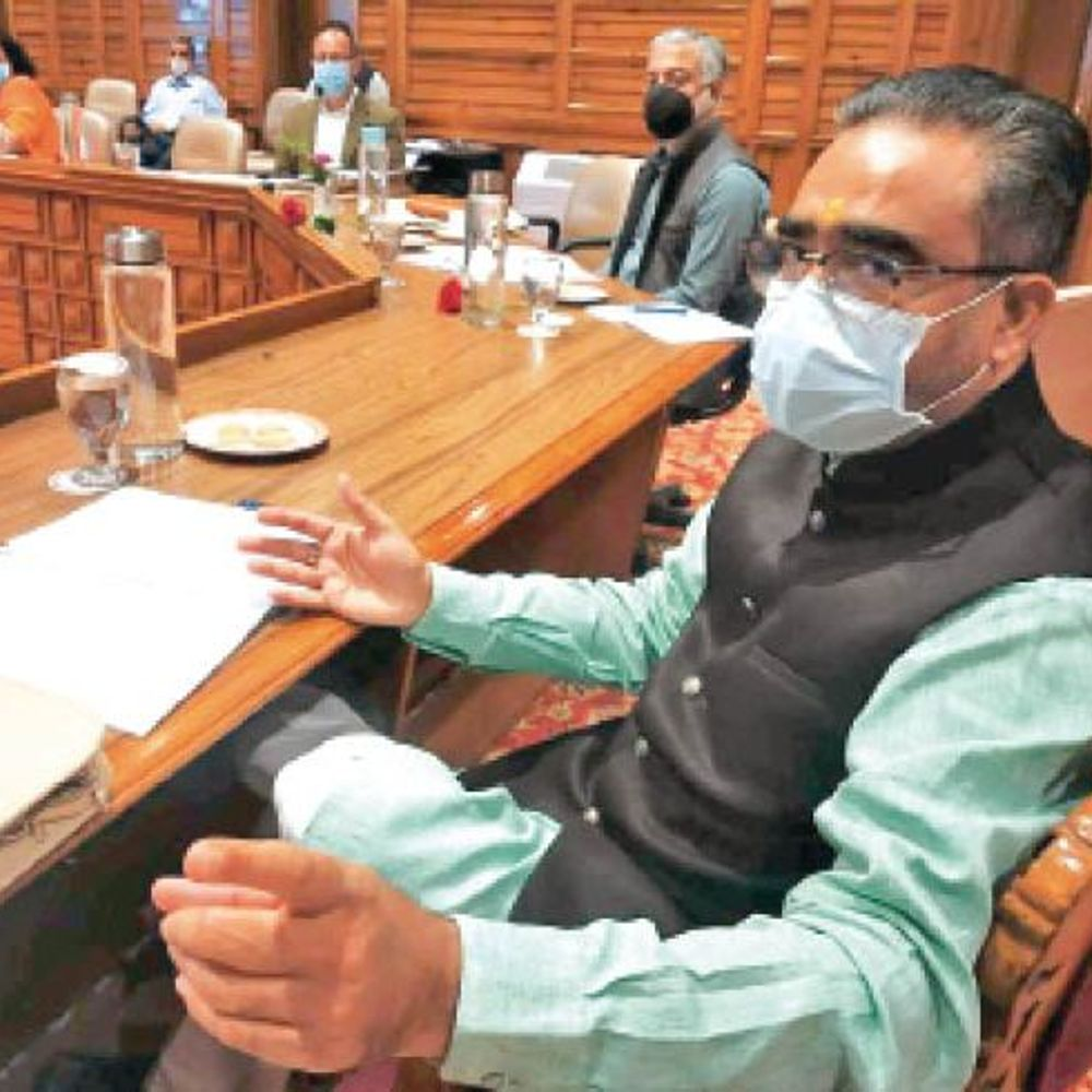 सीएम जयराम ने कहा:अधिकारियों काे लीक से हटकर साेचना चाहिए ताकि लाेगाें के कल्याण के लिए परिणामाेन्मुखी नीति बन सके