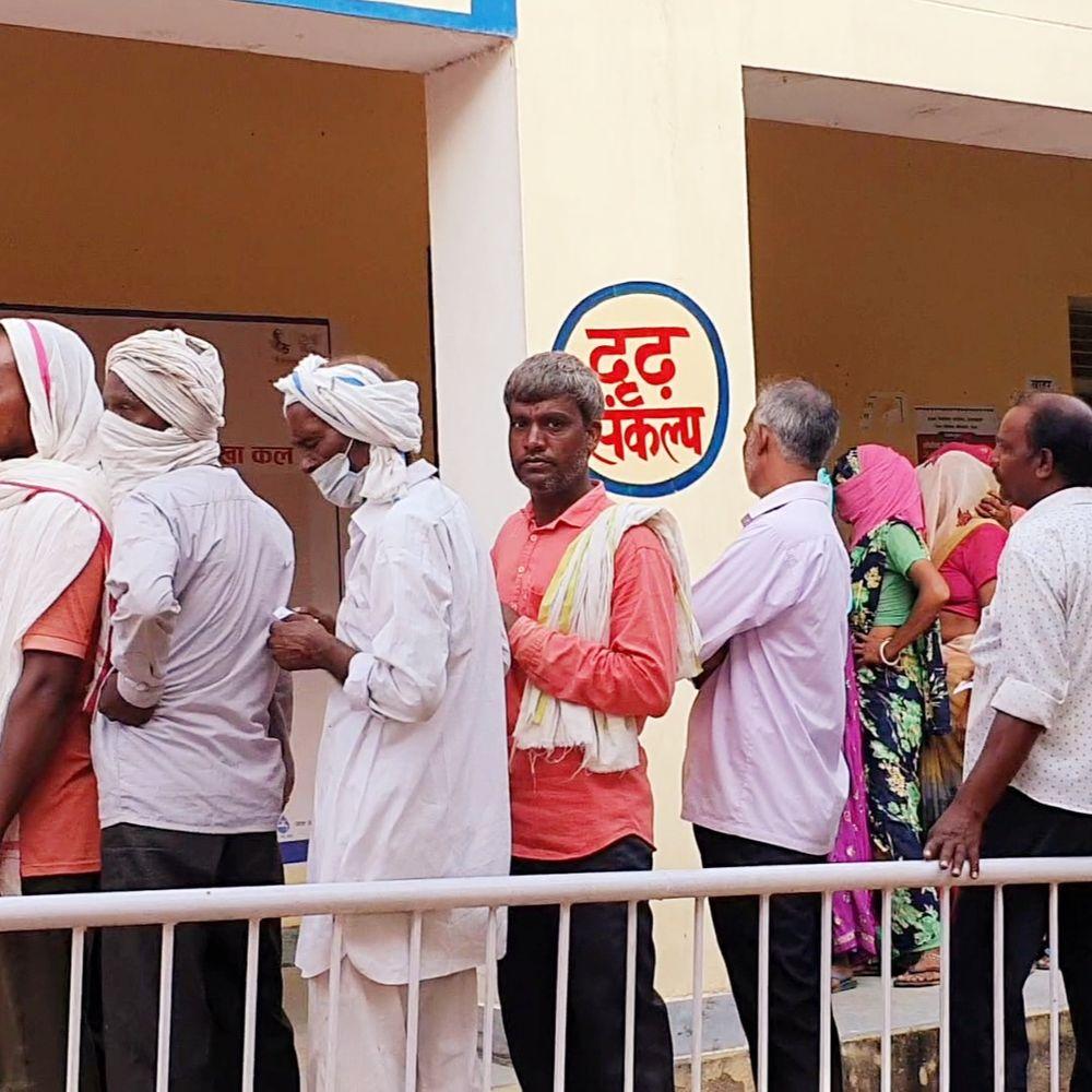 दौसा में प्रथम चरण की वोटिंग शुरू:पंचायत चुनाव का मतदान शुरू होते ही लगी वोटरों की लम्बी लाइन, 3 ग्राम पंचायत में मतदान का किया बहिष्कार
