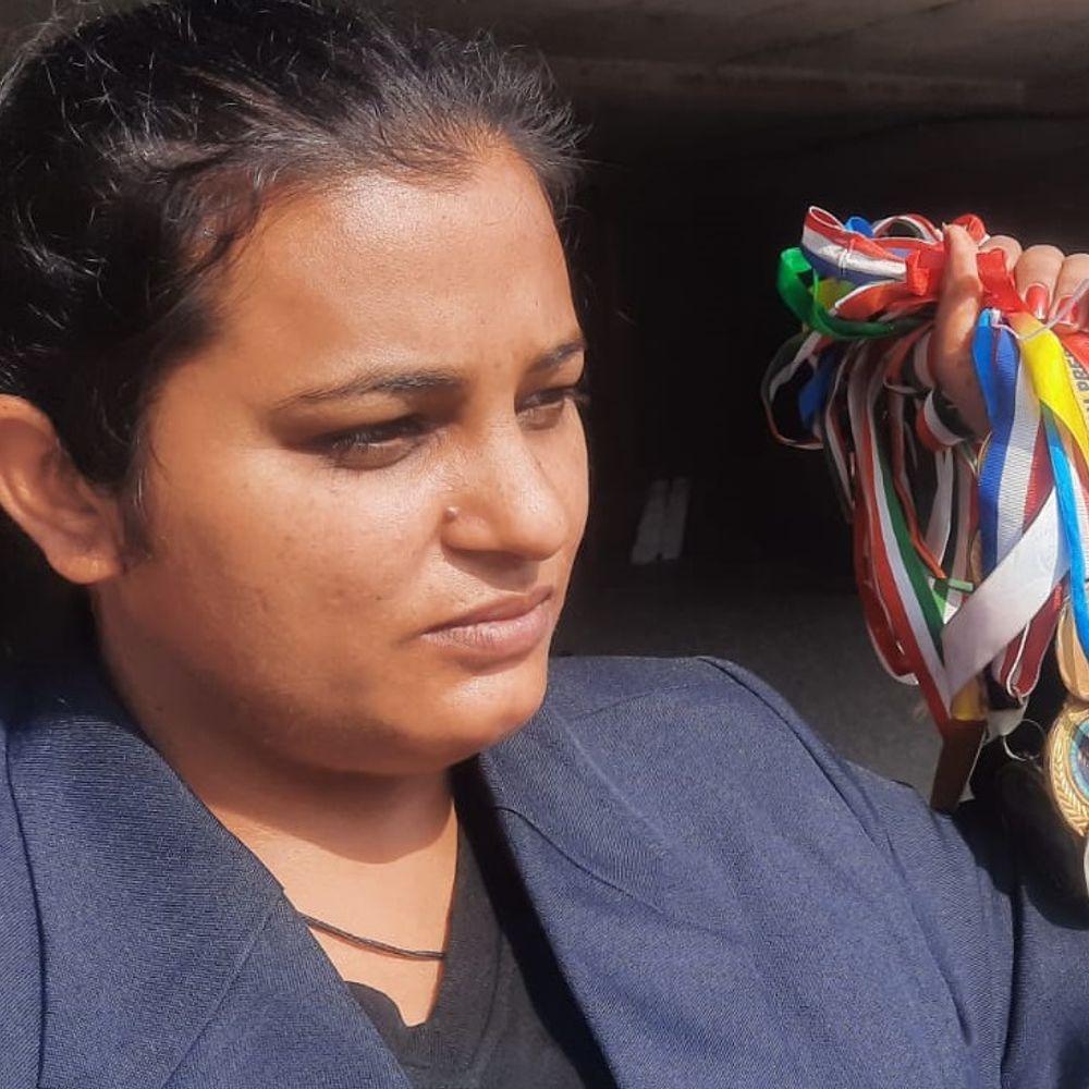 नौकरी की आस लेकर सीएम चन्नी से मिलने पहुंची एथलीट,:बोली हरियाणा के खिलाड़ी को देने लिए पैसे हैं पंजाब की बेटी को नहीं