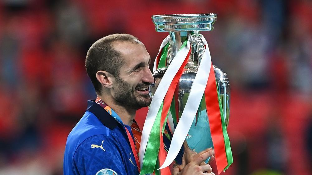 इटली के कप्तान जिओर्जियो कीलियनी यूरो कप के साथ।