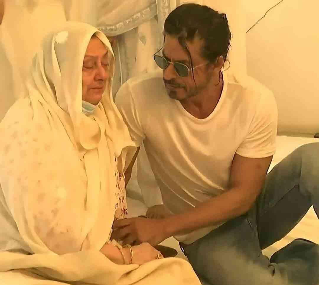रोते हुए सायराबानो को दिलासा शाहरुख खान