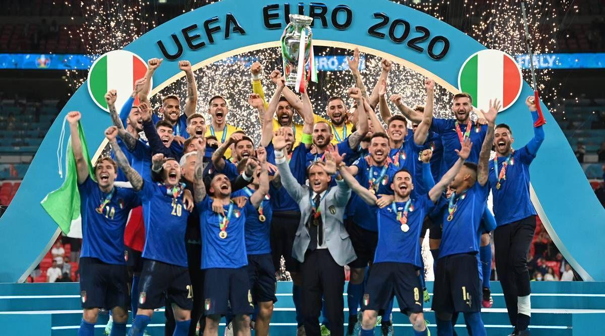 यूरो कप 2020 ट्रॉफी के साथ इटली की टीम।