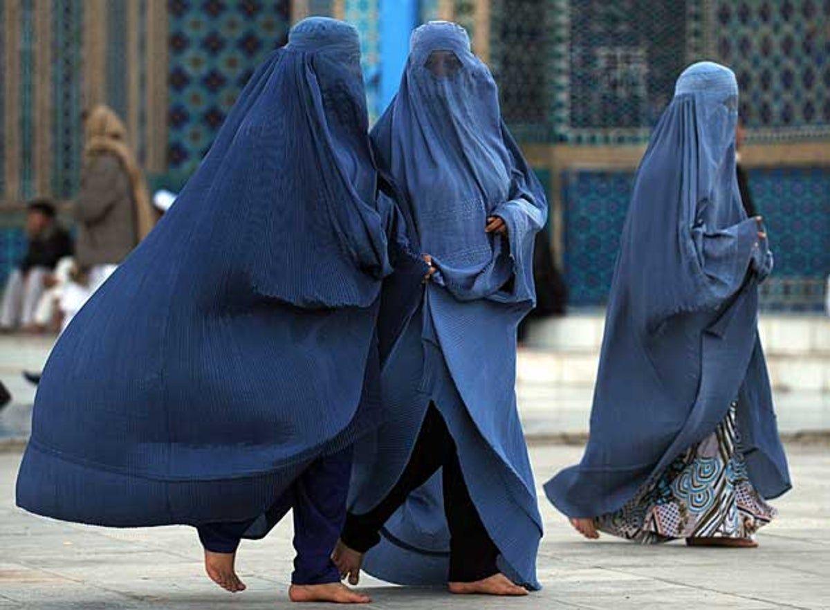 महिलाओं को अकेले घर से बाहर निकलने से रोकने के लिए तालिबान की ओर से एक आदेश जारी किया गया है।
