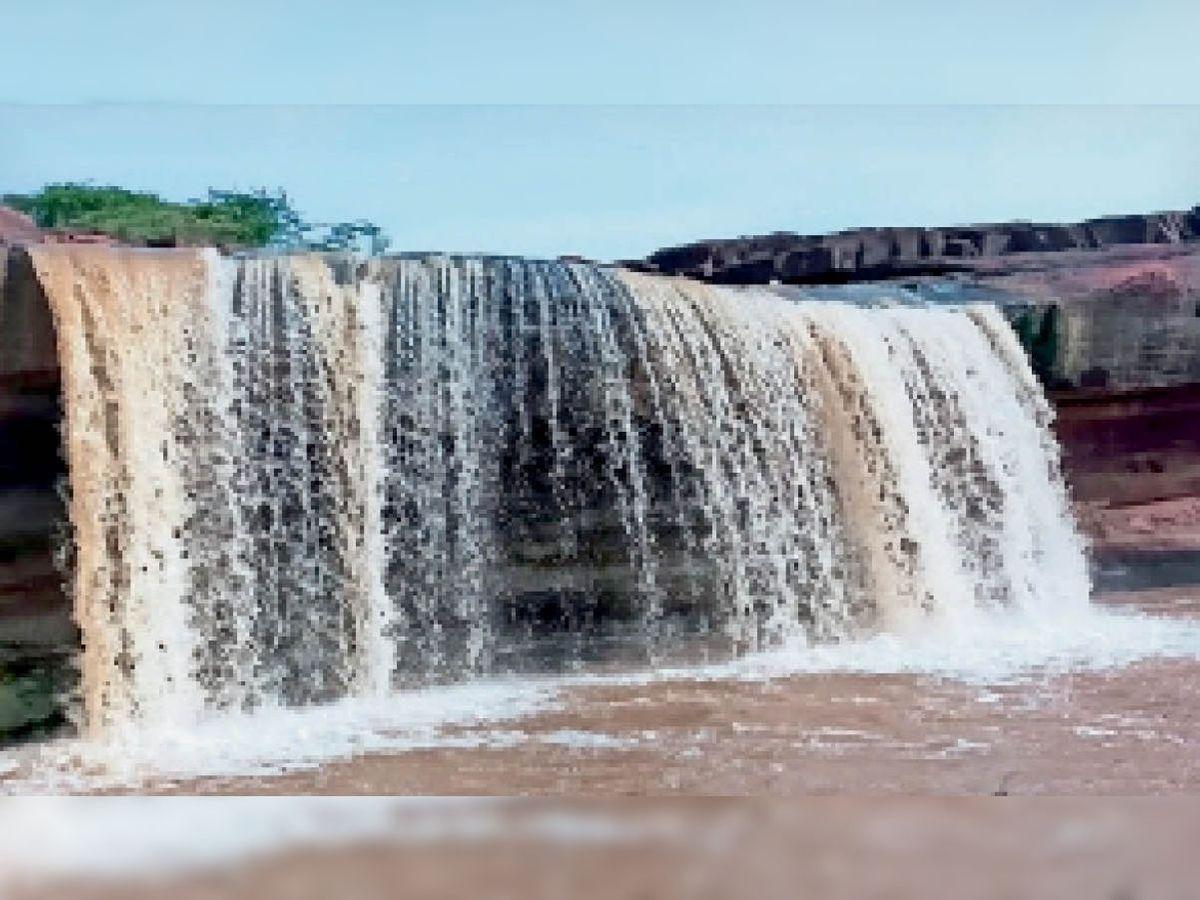 Dangerous waterfall overflowing with rain in Dang area | डांग क्षेत्र में  हुई बारिश से बह निकला बयाना का दर्रबराहना झरना - Dainik Bhaskar
