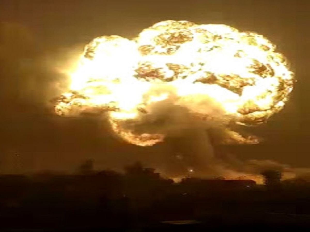 Fireball raised hundreds of feet high with explosion in Godawari Ispat,  fire brigade trying to overcome | सिलतरा की इस्पात फैक्टरी के ऑयल टैंक में  धमाका, 100 फीट तक उठीं आग की