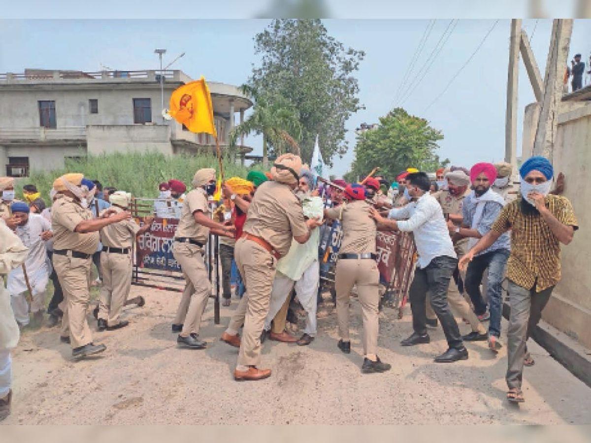 Barricade broke, farmers entered RSS blood donation camp, pushed by police,  threw chairs in the field | बैरिकेड तोड़ आरएसएस के रक्तदान कैंप में घुसे  किसान, पुलिस से धक्का-मुक्की ...