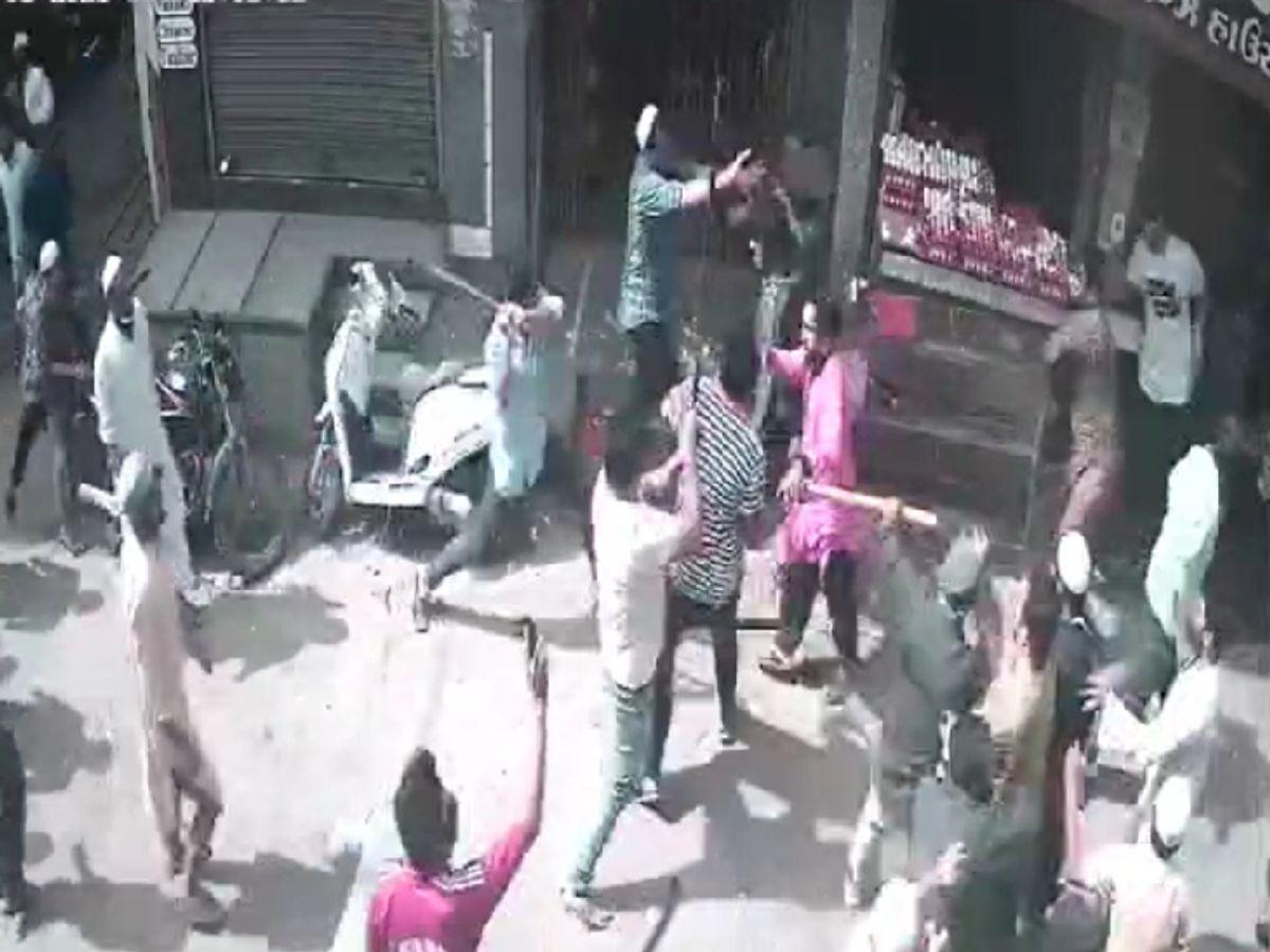 Law and order lira flew on Dhal Road in Junagadh, mob vandalized egg shop  and terrorized | જૂનાગઢના ઢાલ રોડ પર કાયદો વ્યવસ્થાના લીરેલીરા ઉડ્યા, ટોળાએ  ઈંડાની દુકાનમાં તોડફોડ કરી ...