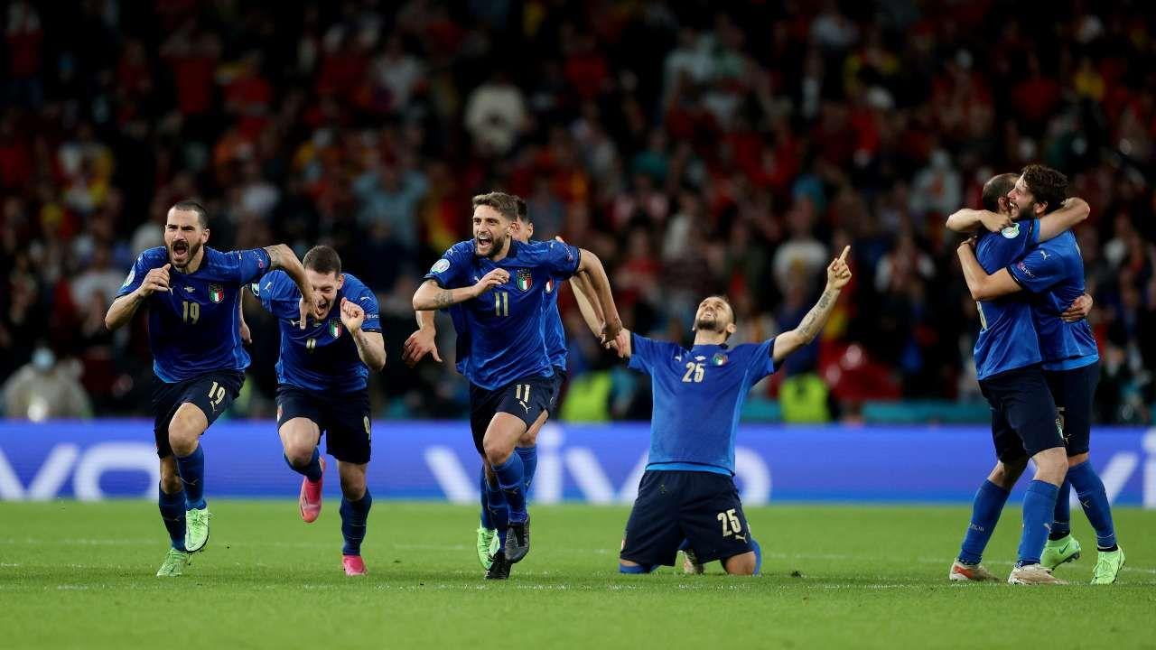 पेनल्टी शूटआउट में जीत के बाद जश्न मनाते इटली के खिलाड़ी।
