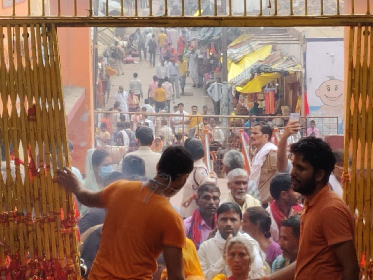 तस्वीर कामतानाथ मंदिर परिसर की है। यहां भीड़ देखकर ही अंदाजा लगाया जा सकता है कि ये आस्था का सैलाब कोरोना का सुपर स्प्रेडर बन सकता है।
