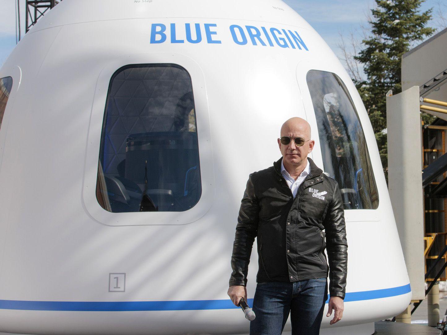 जेफ बेजोस 20 जुलाई को वेस्ट टेक्सास से पूरी तरह से स्वचालित कैप्सूल में साथी यात्री भाई मार्क बेजोस, 82 वर्षीय महिला एविएटर वैली फंक और एक अन्य यात्री के साथ उड़ान भरेंगे।