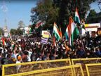 तिरंगा यात्रा निकाल रहे युवकों को पुलिस ने रोका तो सीएए का विरोध कर रहे प्रदर्शनकारी भी पहुंचे, दोनों पक्षों में विवाद के बाद पथराव जबलपुर,Jabalpur - Dainik Bhaskar