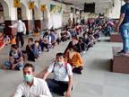 गिरीराजजी का परिक्रमा कर लौट रहे यात्री मथुरा से मालगाड़ी पर चढ़े, 500 लोगों ग्वालियर के पास उतारा गया|ग्वालियर,Gwalior - Dainik Bhaskar