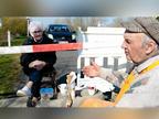 89 साल के कार्स्टन और 85 साल की इंगा रोज जर्मनी-डेनमार्क बॉर्डर पर मिलते हैं, यहीं प्यार का इजहार करते हैं, साथ में कॉफी और लंच भी करते हैं|वैक्सीन ट्रैकर,Coronavirus - Dainik Bhaskar
