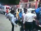 प्रतापगढ़ में मजिस्ट्रेट ने मजदूर को मारी लात; डीएम ने चेतावनी देकर छोड़ा, सपा ने कहा- अपमान तो रोके सरकार उत्तरप्रदेश,Uttar Pradesh - Dainik Bhaskar