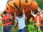 नाले में उतरे बलिया के डीएम, जलकुंभियों के बीच फंसी नाव तो सीडीओ के साथ उसे सिर पर उठाकर आगे बढ़े और सफर किया पूरा|उत्तरप्रदेश,Uttar Pradesh - Dainik Bhaskar