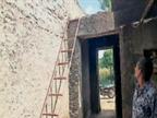 घर में बुजुर्ग महिला पर चाकू से हमला कर बोर लूट लिया, मकान के पीछे सीढ़ी लगा घुसे थे दो बदमाश|करेड़ा,Kareda - Dainik Bhaskar