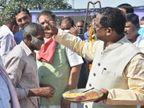 बाट और तराजू की पूजा के साथ की गई धान खरीदने की शुरुआत; मंडियों में सुबह से किसानों की लगी लाइन|रायपुर,Raipur - Dainik Bhaskar