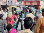 कौशांबी में बीच सड़क मां-बेटी ने ऑटो ड्राइवर को चप्पलों से पीटा; भीड़ ने युवती की बहादुरी को सराहा|इलाहाबाद,Allahabad - Dainik Bhaskar