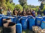 जंगल में छिपाते थे ड्रम, तालाब के पानी में सड़ाकर बनाते थे कच्ची शराब, दो जगह 32 ड्रम महुआ नष्ट|जबलपुर,Jabalpur - Dainik Bhaskar