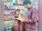 7वीं पास युवक की पहल, 5 साल तक की बच्चियों को जन्मदिन पर फ्री में केक देते हैं, हर साल 7 हजार किलो केक बांटते हैं|DB ओरिजिनल,DB Original - Dainik Bhaskar