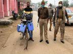 वाराणसी में कर्मचारी द्वारा साइकिल से डमी वैक्सीन पहुंचाने का तस्वीर सोशल मीडिया में वायरल,नोडल अधिकारी ने कहा - कंफ्यूजन में हो गया होगा|वाराणसी,Varanasi - Dainik Bhaskar