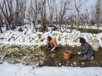 जमी हुई डल झील की बर्फ तोड़कर खेतों में पहुंचते हैं, फिर फ्लोटिंग बाजार में बेचते हैं|ओरिजिनल,DB Original - Dainik Bhaskar