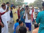 होली के लोकगीतों पर नृत्य करते परिक्रमा कर रहे गिरिराज भक्त, रास्ते से गुजरने वाले लोग रुककर इन्हें सुन रहे|भरतपुर,Bharatpur - Dainik Bhaskar