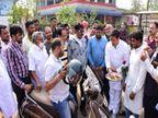 रायपुर में पेट्रोल पंप पर कांग्रेस विधायक ने फुल टैंक करवाने वालों की आरती उतारी, जिन्होंने कम भरवाए उन्हें थमाया फूल|रायपुर,Raipur - Dainik Bhaskar