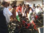 साइकिल से घाटी नहीं चढ़ पाए कांग्रेस विधायक; PC शर्मा, जीतू पटवारी कार से पहुंचे विधानसभा भोपाल,Bhopal - Dainik Bhaskar