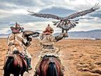 मंगोलिया का कजाख समुदाय, जो बाजों के जरिए शिकार करता है; रिश्ता ऐसा कि बाज को कुछ होने पर लोग भी दुखी हो जाते हैं|विदेश,International - Dainik Bhaskar