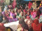 अलवर के घोड़ाफेर चौराहे पर रात को प्रशासन पहुंचा, भूख हड़ताल पर बैठे पार्षद को उठाने की कोशिश महिलाओं ने की नाकाम; दूसरे दिन अनशन तुड़वाया|अलवर,Alwar - Dainik Bhaskar