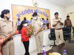 अपने से डबल उम्र के मोबाइल लुटेरे को था दबोचा, महिला दिवस पर एसपी ने पुलिस कंट्रोल रूम में मुख्य अतिथि बनाकर किया सम्मानित जबलपुर,Jabalpur - Dainik Bhaskar