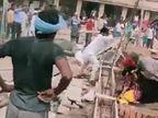 JDU नेता के सामने महिलाओं की पिटाई, भतीजे ने पहले ईंट से मारा, गिर गई तो फिर मारा|बिहार,Bihar - Dainik Bhaskar