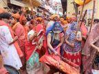 नंदगांव से आए हुरियारों पर गोपियों ने बरसाई लाठियां, हंसी-ठिठोली और गालियों के बीच भक्तिभाव में डूबे लोग आगरा,Agra - Dainik Bhaskar