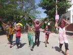 शहरभर में होली का उत्साह, छोटे-छोटे समूह में नजर आए रंग-गुलाल उड़ाते लोग, मिठाइयाें के दौर भी चले|कोटा,Kota - Dainik Bhaskar