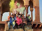 गांव हो या शहर, होली के रंग में कोरोना की गाइडलाइन की धज्जियां उड़ते दिखी|अलवर,Alwar - Dainik Bhaskar