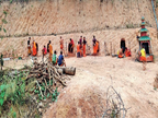 म्यांमार में सेना की फायरिंग से डरे थाईलैंड के भिक्षु, छिपने के लिए पहाड़ खोदकर बंकर बना रहे|विदेश,International - Dainik Bhaskar