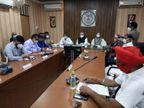 राजनांदगांव पहुंचे पूर्व CM डॉक्टर रमन सिंह, कोरोना पर जनप्रतिनिधियों के साथ की बैठक; कलेक्टर भी रहे मौजूद|राजनांदगांव,Rajnandgaon - Dainik Bhaskar