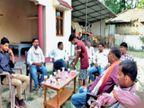 यूपी के पंचायत चुनावों में शाम ढलते ही छलक रहे जाम, गांवों में 'पक्की दारू-पक्का वोट' का नारा चल रहा है|उत्तरप्रदेश,Uttar Pradesh - Dainik Bhaskar