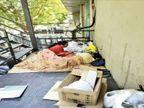 महाराष्ट्र में नहीं मिला पॉजिटिव परिवार को सहारा, सूरत आए तो यहां भी 8 दिन से अस्पताल की सीढ़ियों पर इलाज|गुजरात,Gujarat - Dainik Bhaskar