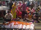 लोगों ने सड़क पर शव रख किया प्रदर्शन, दोषी पर FIR की मांग; मंत्री की समझाइश के बाद डॉक्टर ने वापस लिया इस्तीफा|भोपाल,Bhopal - Dainik Bhaskar