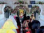 एहतियात के साथ मंदिर में मां के दर्शन के लिए आए लोग|पंचकूला,Panchkula - Dainik Bhaskar