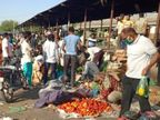 लॉकडाउन तो बढ़ गया लेकिन सोशल डिस्टेंसिंग की पालना नहीं, सब्जी मंडी में भीड़ जुटी; एक ही सब्जी को बार छूने से संक्रमण का खतरा भी पाली,Pali - Dainik Bhaskar