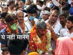 मिर्जापुर में ग्राम प्रधान घूम रहीं हूटर लगी गाड़ी से तो अलीगढ़ में फूल और नोटों की माला पहना कर भीड़ ने किया स्वागत उत्तरप्रदेश,Uttar Pradesh - Dainik Bhaskar