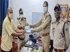 रोड पर पाॅलिथीन बैग में मिले 10 हजार रुपए और पासबुक, पुलिस वालों ने ढूंढ कर लौटाए, 72 वर्षीय बुजुर्ग बोला- उम्मीद खो चुका था|जबलपुर,Jabalpur - Dainik Bhaskar