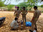 झांसी में पुलिसकर्मियों ने चलाया हैंडपंप, निकलने लगी शराब; जमीन के नीचे 'जहर' का बना था स्टोरेज|झांसी,Jhansi - Dainik Bhaskar
