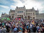 हंगरी में चीनी यूनवर्सिटी बनाने के विरोध में हजारों लोग सड़कों पर उतरे; कहा- इससे कम्युनिस्ट हावी हो जाएंगे|विदेश,International - Dainik Bhaskar